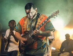 Guayo Cedeño sedujo a los presentes con su guitarra a quien los críticos lo calificaron como un auténtico malabarista con su instrumento capaz de hacerlo sonar alternativamente en varios ritmos.