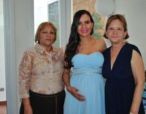 Isabela de Abdu posa con las futuras abuelas Isabel Morales y Patricia de Abdu.