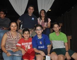 Nicolás Larach disfrutó de la obra en compañía de su esposa e hijos.