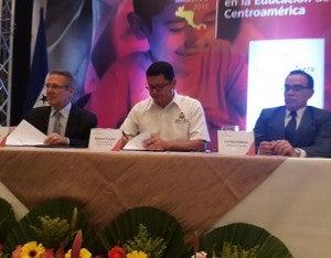 Durante la conferencia, Fredy Nasser, de la Fundación Terra firmó un convenio con el ministro de Educación, Marlon Escoto, a fin de apoyar la calidad educativa.