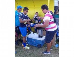 Al terminar el primer tiempo, cuerpo técnico y jugadores del Honduras, se hidrataron con un vasito de café.