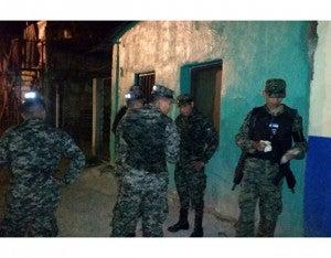 Los uniformados están acusados de robarle unos 25 mil lempiras a una testigo protegido.