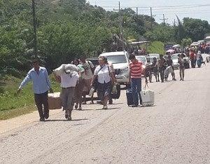 Los usuarios del transporte tuvieron que caminar hasta dos kilómetros.