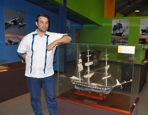 Roberto Felipe Danilov Luna se siente orgulloso de que su trabajo sea admirado por grandes y chicos en el museo El Pequeño Sula, aunque asegura que su amor por los dioramas es tal que ya desea tenerlos de nuevo en su casa.