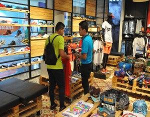 Los clientes llegaron para conocer el nuevo concepto de la tienda que trae para sus clientes las mejores marcas en zapatos y ropa de moda.