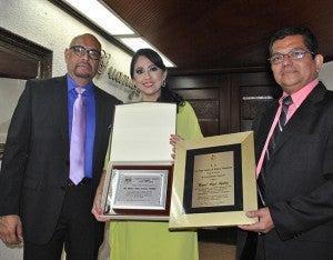 Juan Carlos Ordoñez y Osiris Paredes entregaron al doctor Aguiluz una placa en reconocimiento por parte de la Asociación de Ginecólogos y Obstetras de Honduras y Manuel Maldonado hizo la entrega de un aplaca por parte de la Liga Contra el Cáncer.
