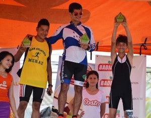 Pacheco, de negro, que fue tercero es el más feliz al levantar su trofeo, segundo fue Miguel Medina y Carlos Galo, el vencedor.