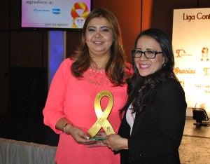 Lorena Alfaro entregó el reconocimiento para Molino Harinero de Sula.