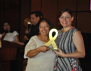 La Directora de Relaciones Públicas de la UTH,  Golda Sánchez recibió el reconocimiento hecho a la casa de estudios.