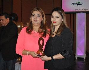 Elena Dionisio, Coordinadora de Mercadeo de City Mall en esta ciudad recibió el reconocimiento para fundación Lady Lee.