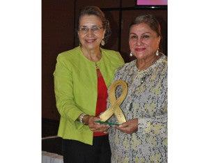 Rosa de Arzú entregó un reconocimiento a Diario Tiempo que fue recibido por la Directora de Relaciones Publicas, licenciada Farah Robles.