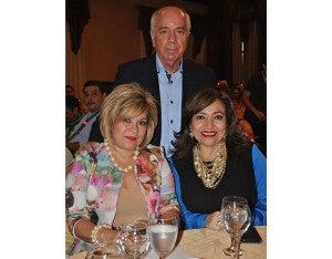 Maurizio y su esposa Suyapa Chiovelli junto a Dina Bulnes, de Aguas de San Pedro, hicieron entrega de un donativo de 50 mil lempiras a la institución.