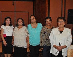 Ester Amaya, Orania Pineda, Rosa Abadie, Leyli de Alvarado y Nanda de Menjivar damas voluntarias del Comité Femenino de Apoyo a la Liga contra el Cáncer.