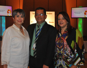 Linda Coello y Johanna Rosenthal en representación de Cepudo junto al doctor Manuel Maldonado.