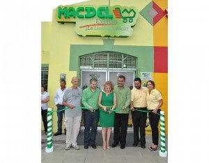 Los propietarios al realizar el corte de la cinta que dio por inaugurada la nueva tienda.