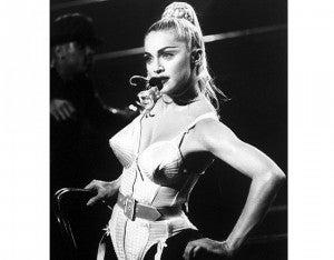 Blond Ambition World Tour (1990) Su gira más polémica también es la más icónica y la que introdujo el concepto de teatralidad al pop, dividiendo los segmentos en actos. La gira logró recaudar un total de $65.700.000 de dólares.
