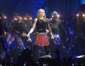 """Drowned World Tour (2001) Tras ocho años de ausencia encima de los escenarios (su compromiso cinematográfico con """"Evita"""" y la maternidad tuvieron la culpa), Madonna se animó a salir de gira para presentar de una tacada dos de sus álbumes más queridos por los fans: """"Ray Of Light"""" y """"Music""""."""