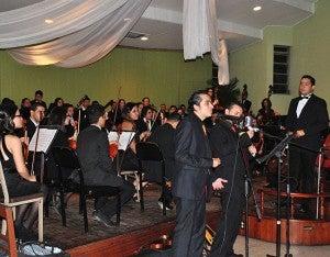 """El maestro Nimrod Rodríguez, al dirigir la orquesta y los solistas Miguel Ríos y Marco Fajardo interpretaron """"Mas que amor""""."""