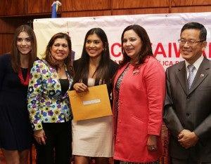 Marcela Pavón en compañía de su familia, la primera dama Ana de Hernández y el embajador Joseph Kuo.