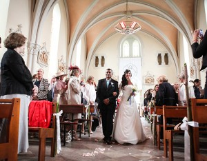 La novia acompañada de su padre en su entrada a la Iglesia de Saint Michel à Ambleteus.