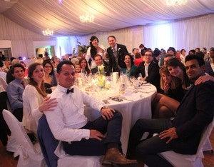 Todos los presentes celebraron hasta altas horas de la noche de la felicidad de Antoine y Diana.