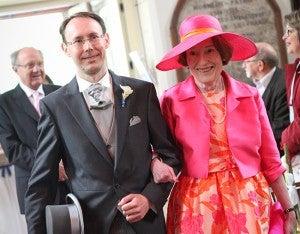 Antoine al ingresar a la iglesia acompañado de su madre Madame Véronique Weber.