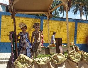 Con trajes típicos asistieron a los desfiles.