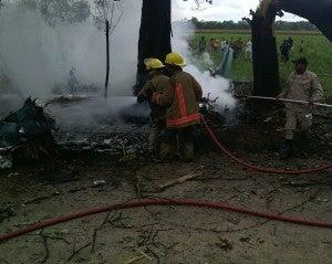 Bomberos controlando el incendio.