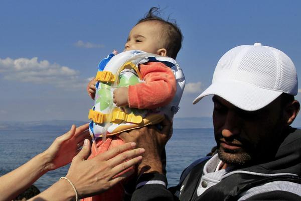 Se eleva a 34 número de migrantes muertos en naufragio frente a costas griegas.