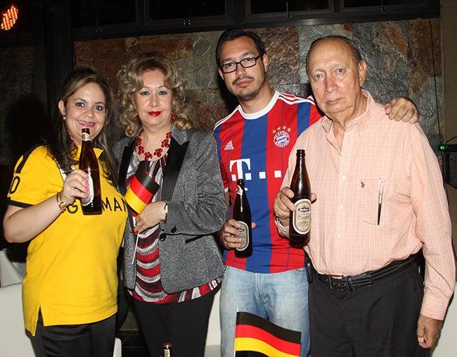 Chanthal, Rosario, Hernann Reichmann y Mauricio Aguilar.