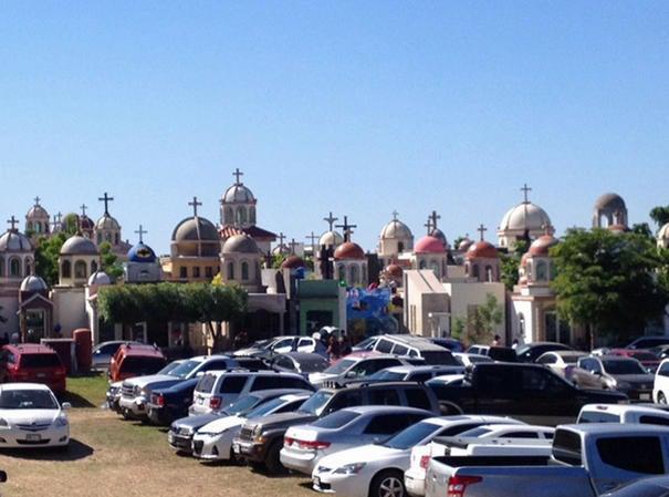 El Chapo 'manda' flores a una tumba en Sinaloa2