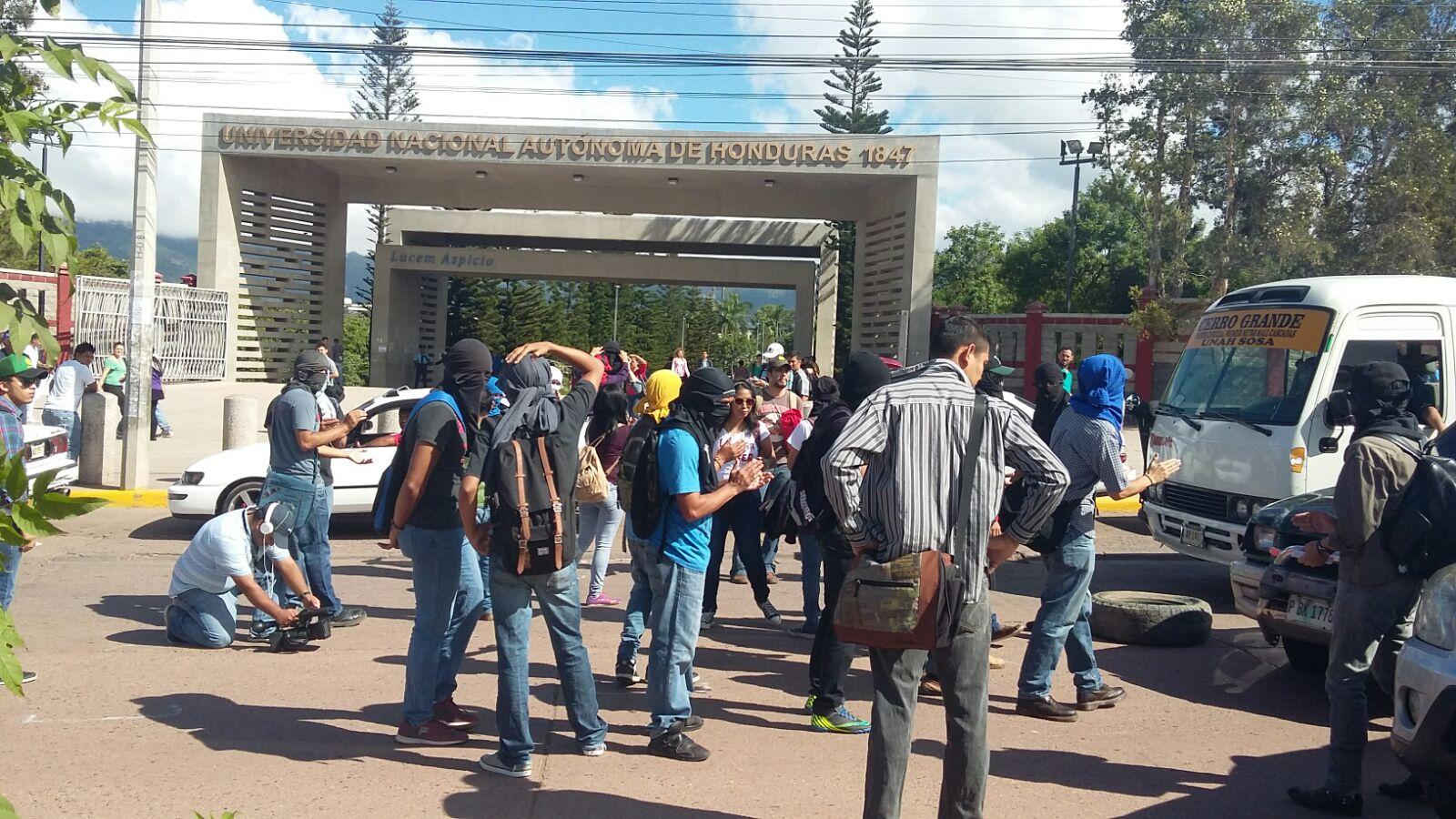 Policía desaloja a estudiantes y lanza bombas lacrimógenas en la UNAH2